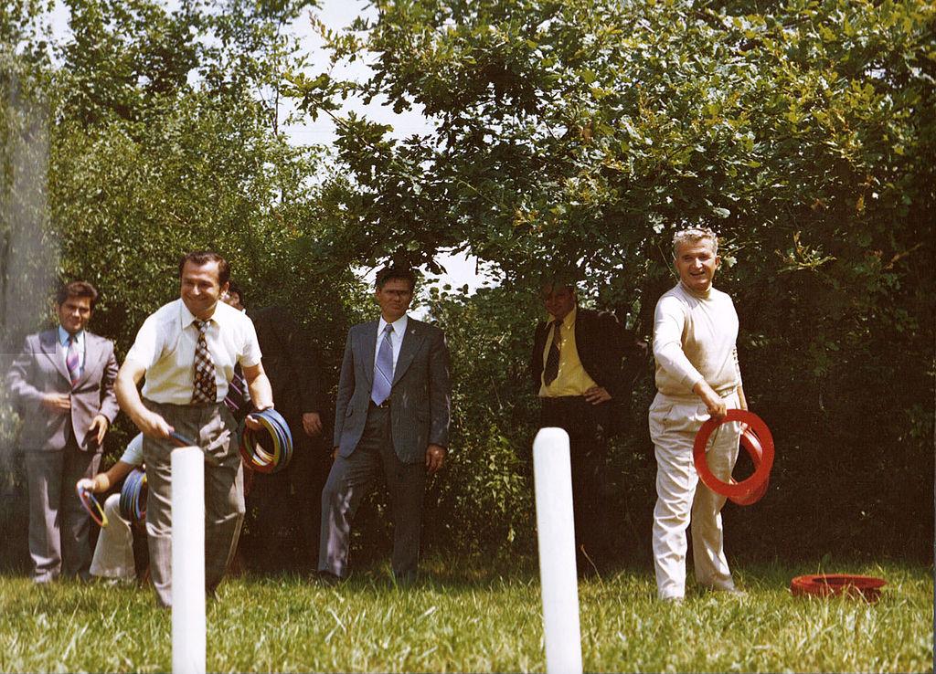 Ceaușescu și Iliescu, jucându-se cu cercurile, 1976, sursa foto Wikipedia