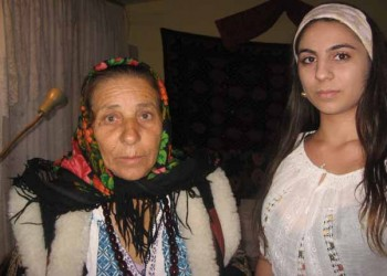 Cassandra şi bunica ei, Bratara