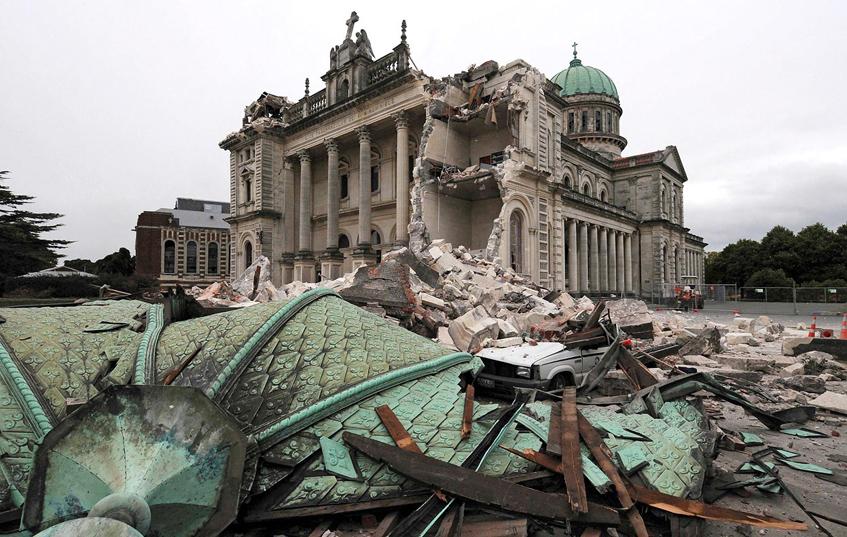 Cathédrale-endommagee-par-un-tremblement-de-terre-en-Nouvelle-Zelande