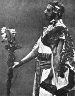 Samuel Liddell MacGregor Mathers într-un ritual al ordinului  Sursa Wikipedia