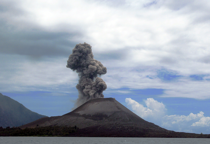 Sursa Krakatau (Krakatoa, Krakatao) / Indonesia, Sunda Straits. Autor flydime, Wikipedia.