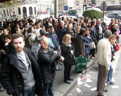 French_crowd_near_the_Galeries_Lafayette,_Paris