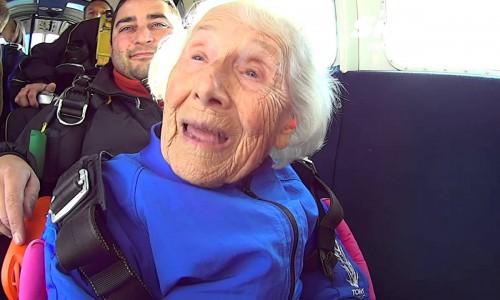 La 96 de ani a zburat cu paraşuta